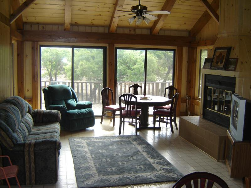 Harper texas hunt whitetail axis deer cabin for Hunt texas cabins